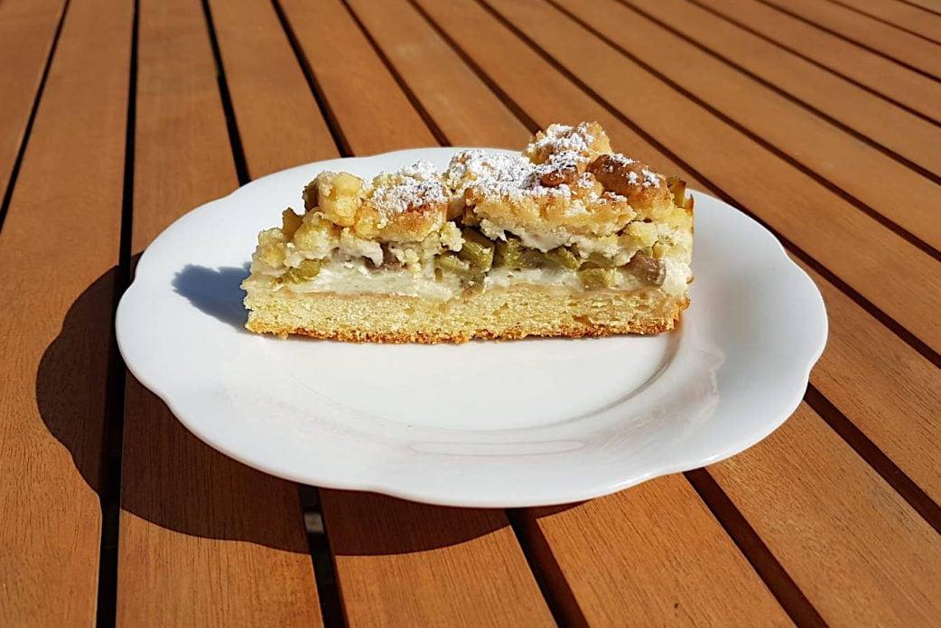 Rezept für Rhabarberkuchen mit Streusel // HIMBEER