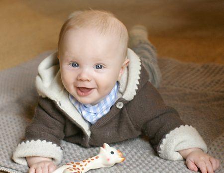 Immer in Bewegung: Baby auf Krabbeldecke // HIMBEER
