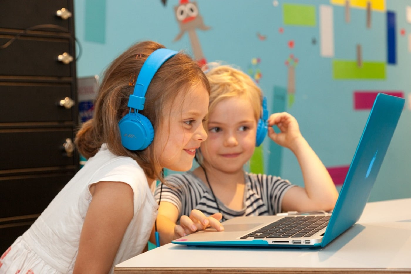 Mädchen lernen Coding in der HABA Digitalwerkstatt Berlin // HIMBEER