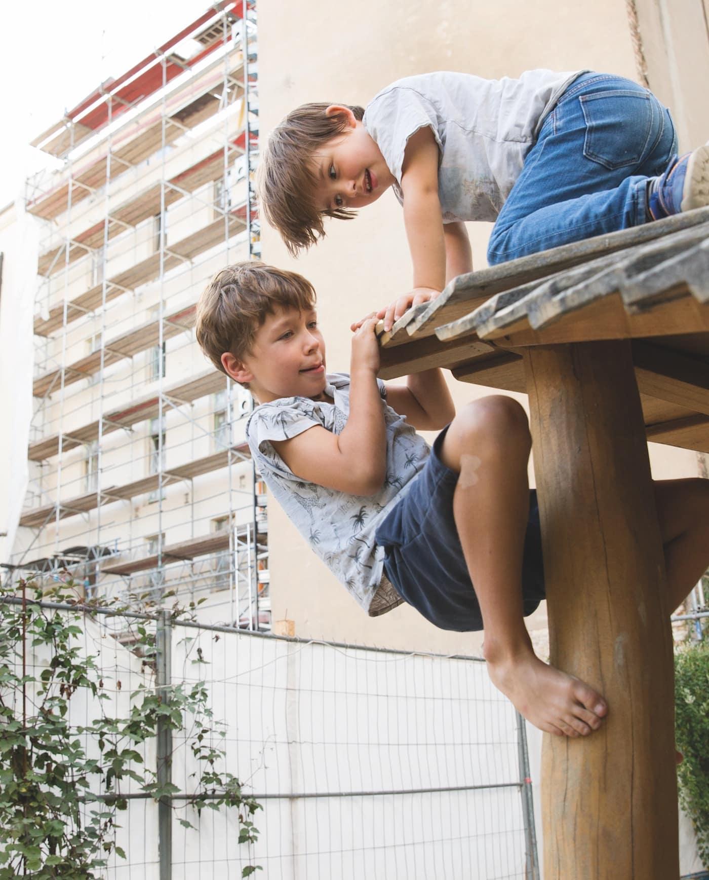 Familienleben in Berlin: die Kinder können draußen spielen // HIMBEER