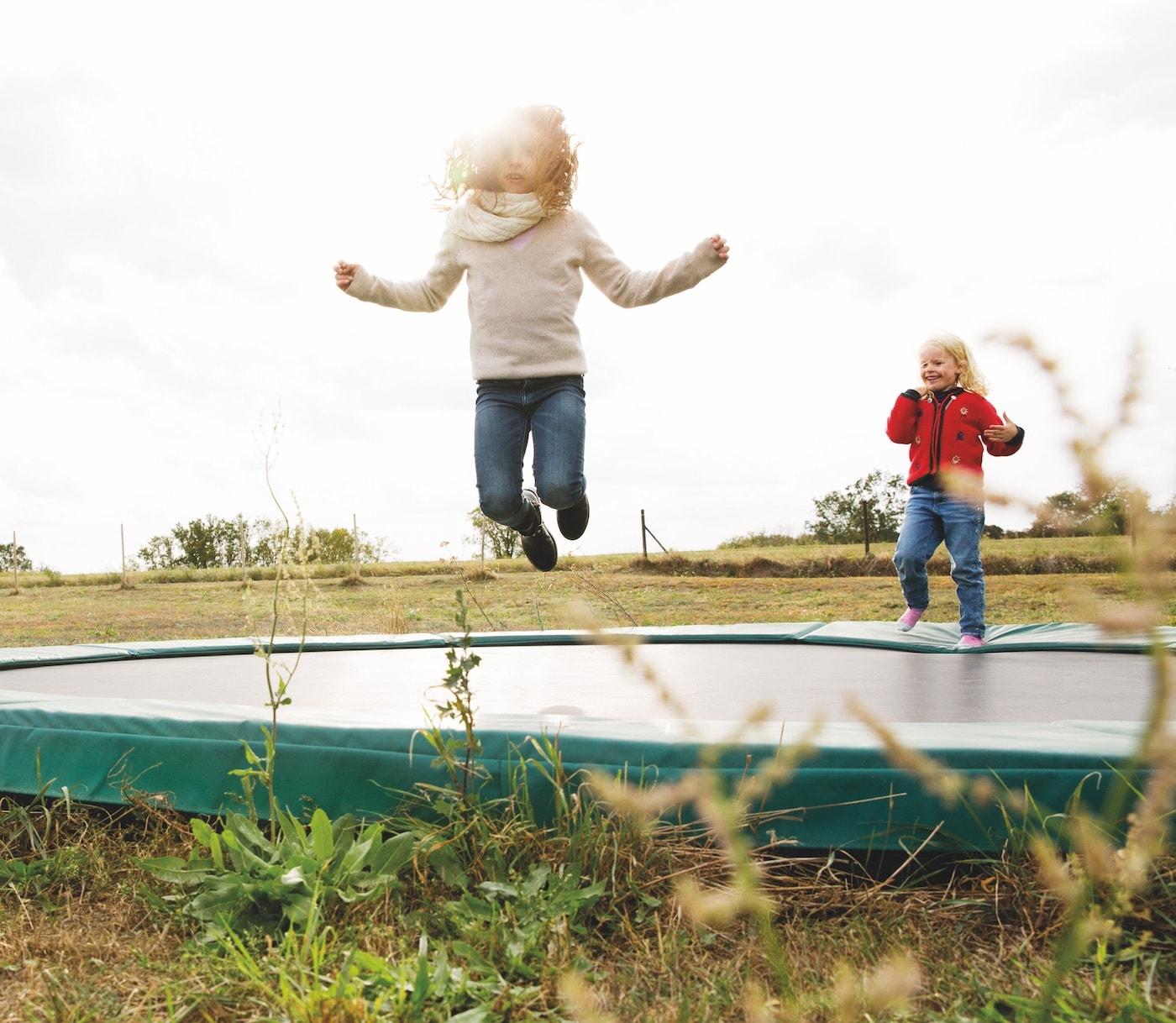 Landleben mit Kindern: Viel Platz zum Toben im Freien // HIMBEER