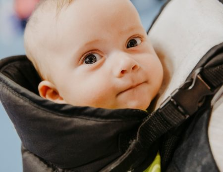 Baby wird getragen // HIMBEER
