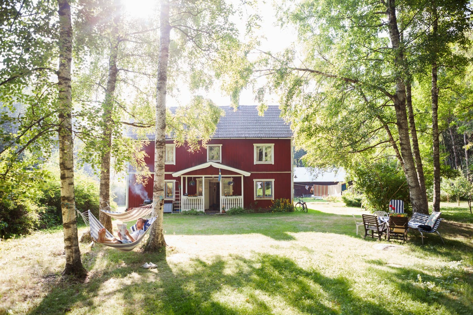 Mit Kindern nach Schweden reisen: typisches rotes Schwedenhäuschen als Ferienhaus // HIMBEER