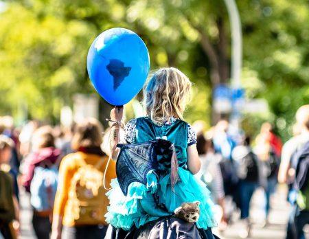 Klimastreik - Mädchen mit Luftballon