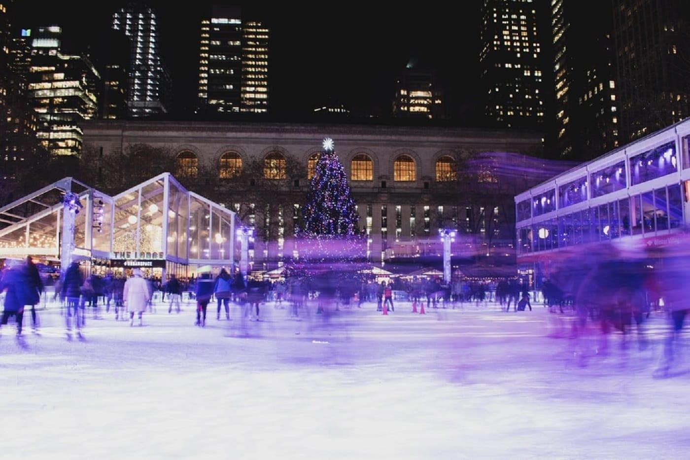 Eisbahnen zum Schlittschuhlaufen mit Kindern in Berlin: Weihnachtliche Eisbahn am Alexanderplatz // HIMBEER