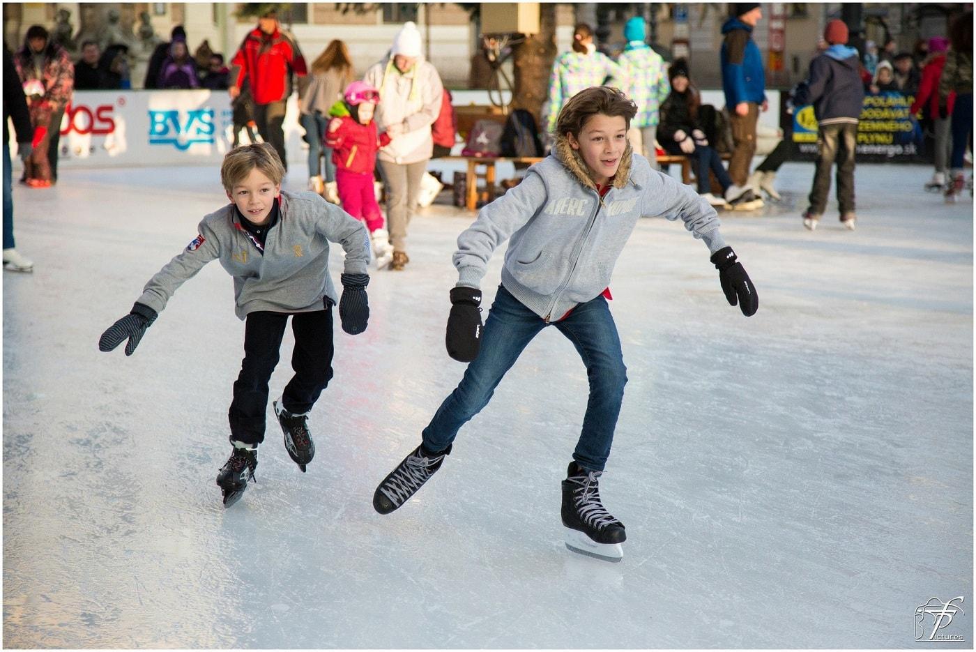 Eisbahnen zum Schlittschuhlaufen mit Kindern in Berlin: Kinder auf der Eisbahn // HIMBEER