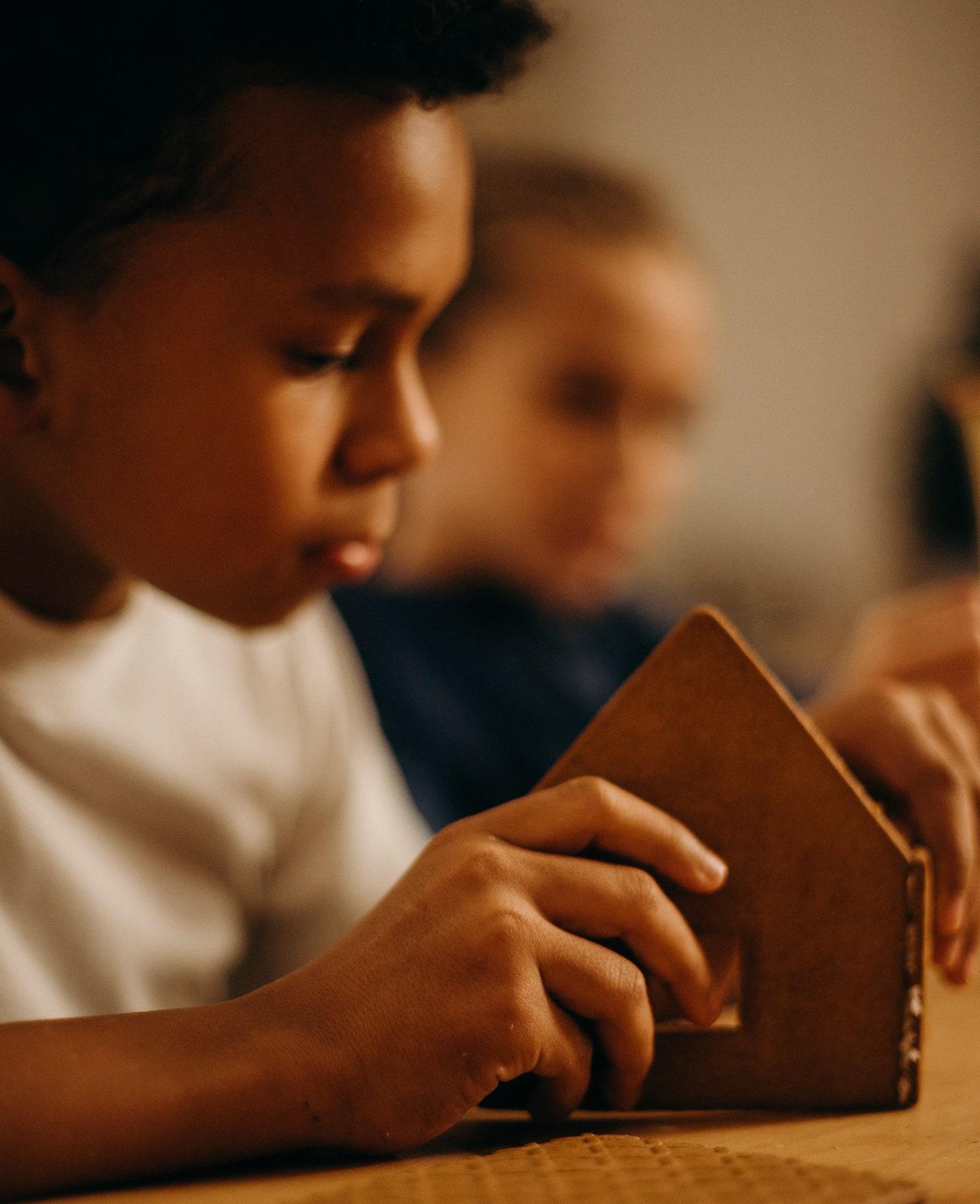 Stressfreie Feiertage mit Kindern – Zeit für Weihnachtsrituale: Lebkuchenhaus basteln // HIMBEER