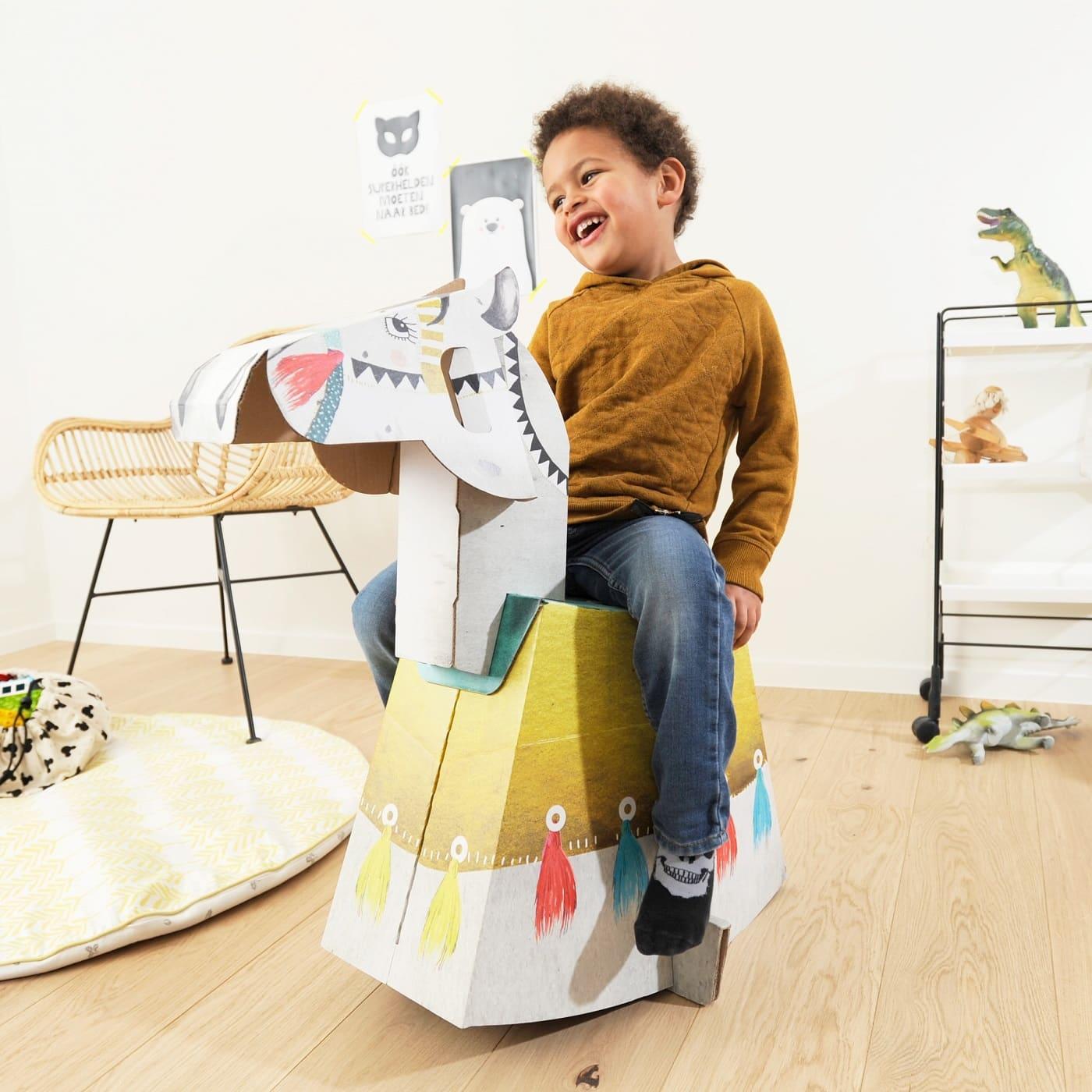 Junge auf Pappschaukelpferd als Weihnachtsgeschenk // HIMBEER