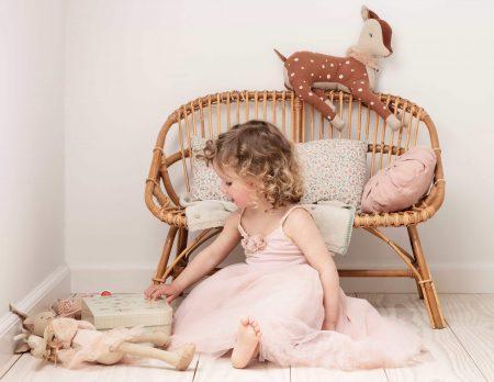 Kleines Mädchen betrachtet Weihnachtsgeschenke // HIMBEER