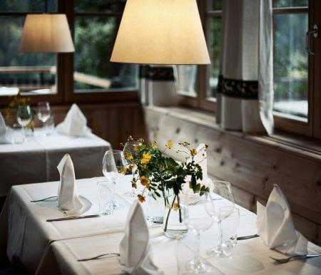 Reisen mit Kindern: An den gedeckten Tisch setzen im Hotel Saalerwirt – Urlaubsziel für Familien // HIMBEER