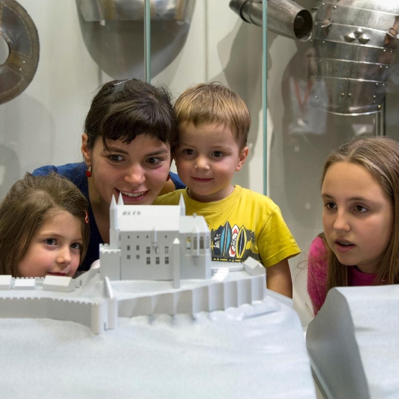 Kinder bei einer Führung durch das Museum // HIMBEER