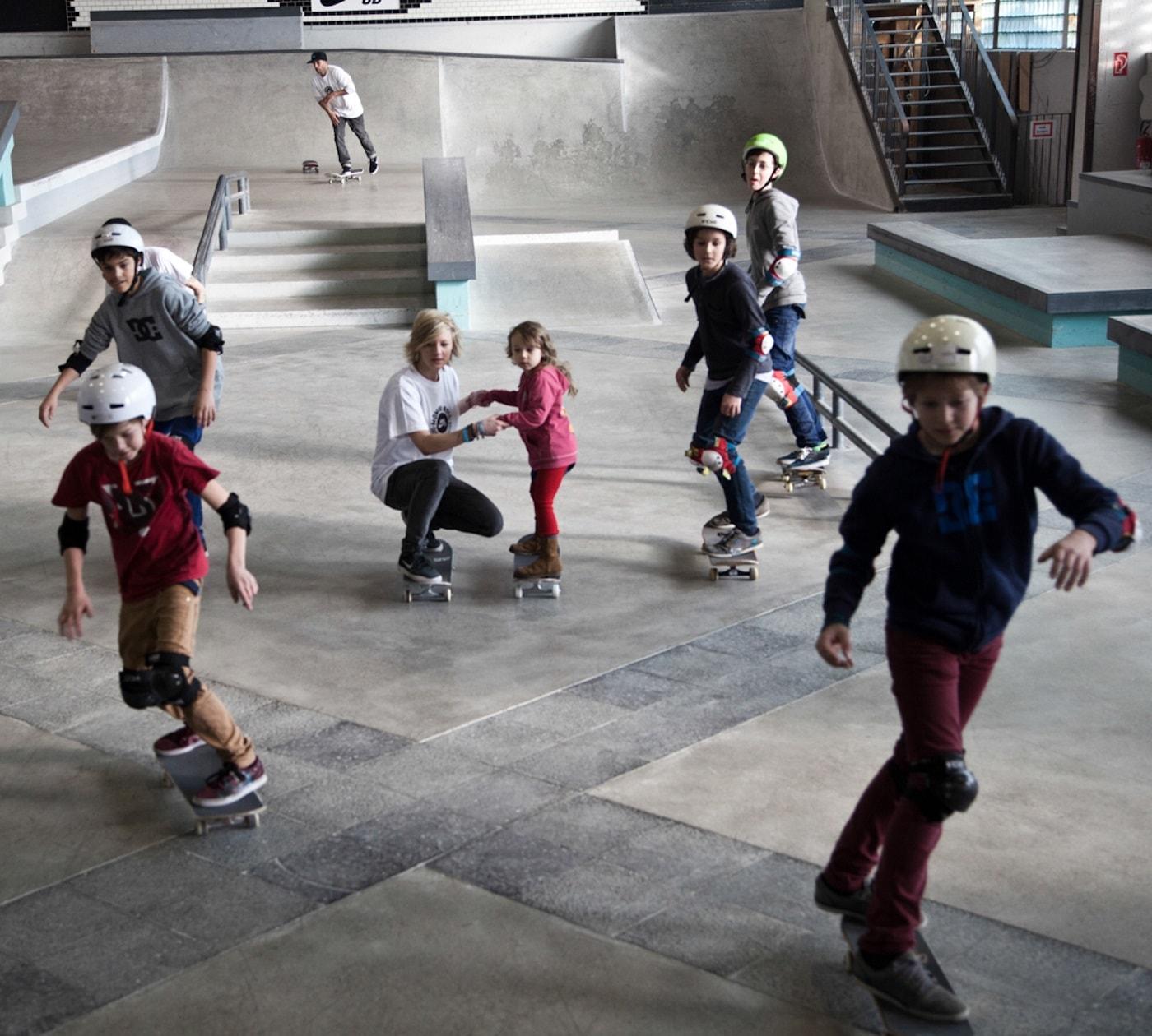 Kinder lernen das Skaten in den Winterferien // HIMBEER