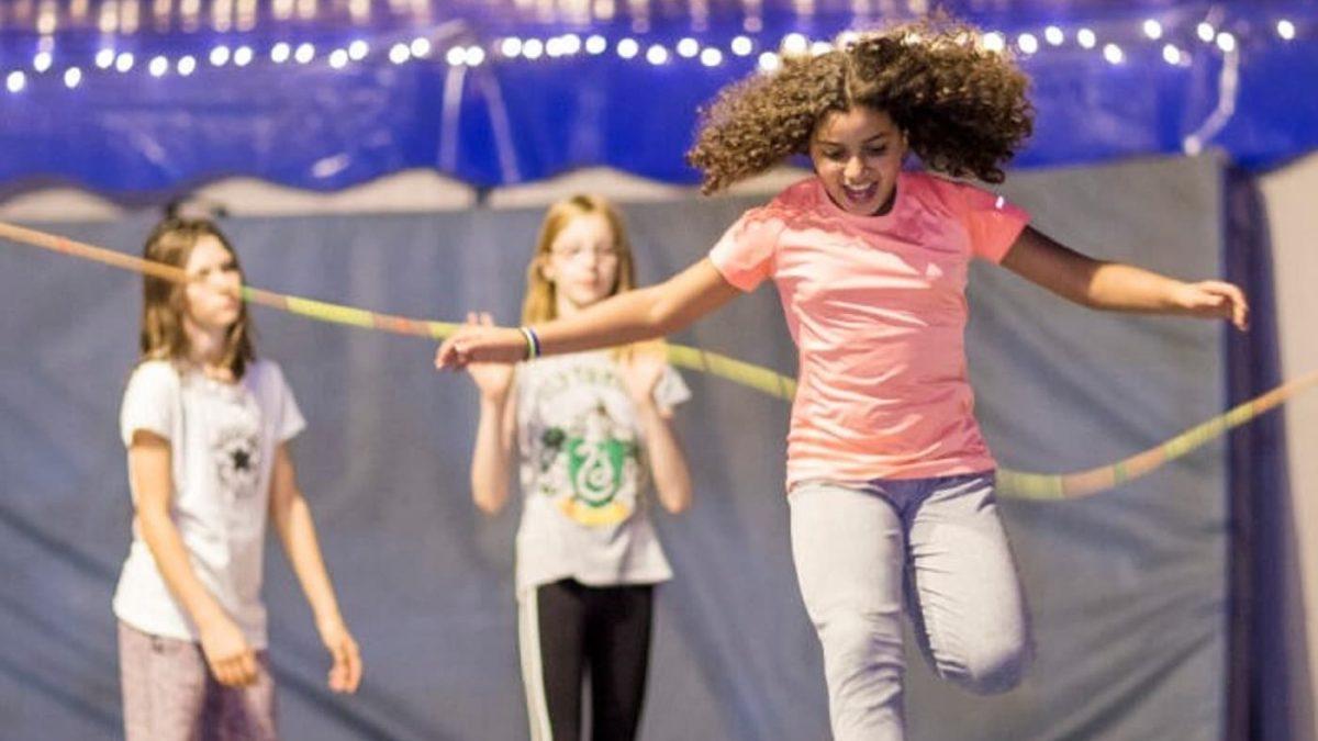 Berliner Winterferien Kinderzirkus-Kurse bei CABUWAZI: Mädchen beim Seilspringen, CABUWAZI Zirkusferien // HIMBEER