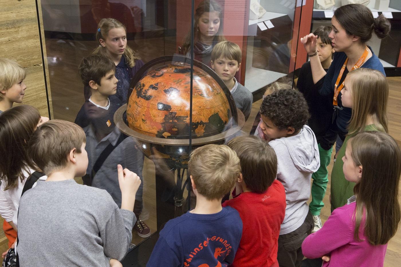 Kinder begutachten Globus im Deutschen Historischen Museum // HIMBEER