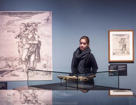 Mädchen betrachtet Armbrust im Deutschen Historischen Museum // HIMBEER