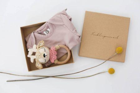 Lieblingssachen für Babys: Geschenkboxen von NoniKids Berlin: Body und Greifling // HIMBEER