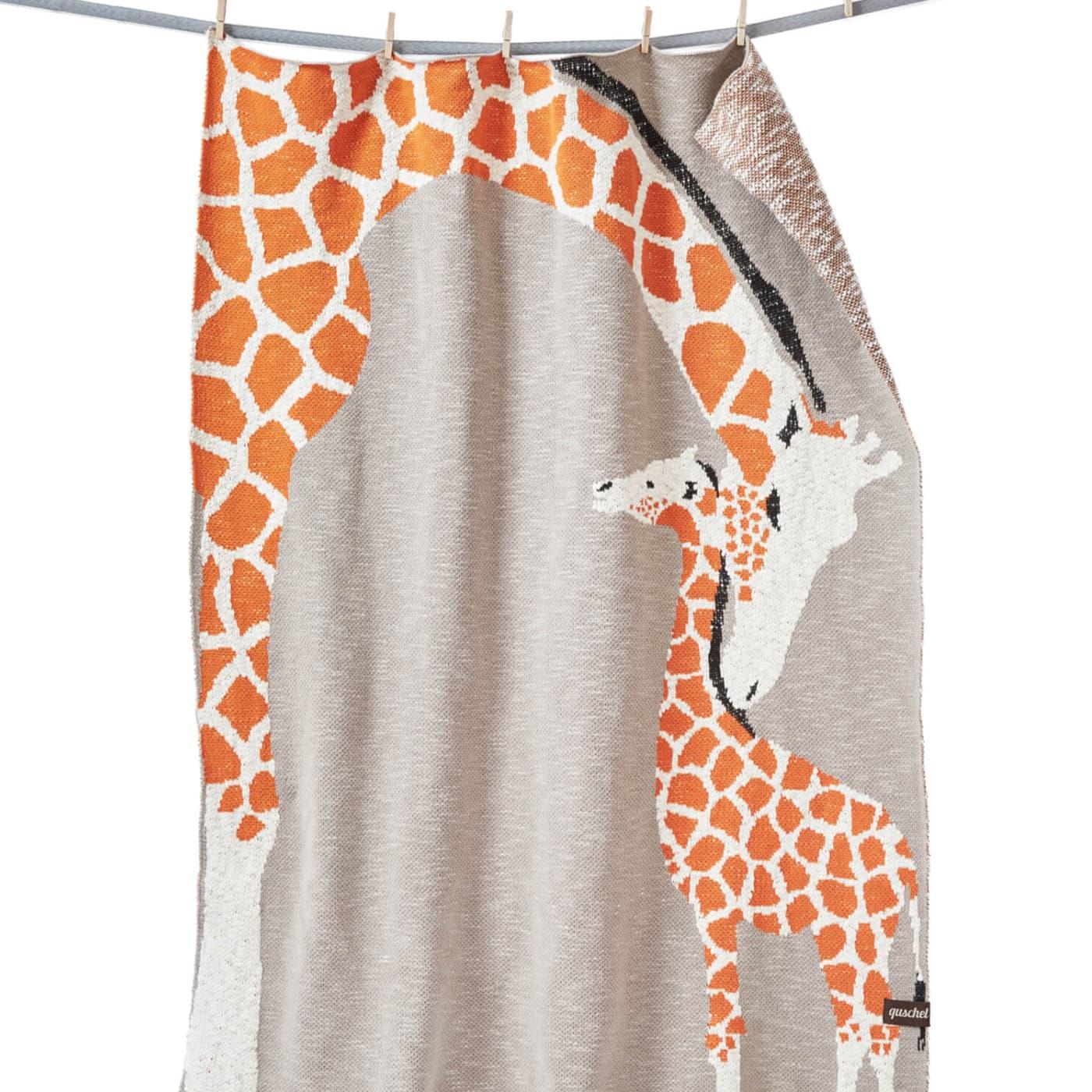 Schönes Geschenk für kleine Kinder: Kuscheldecke, Krabbeldecke Giraffenliebe von Quschels // HIMBEER