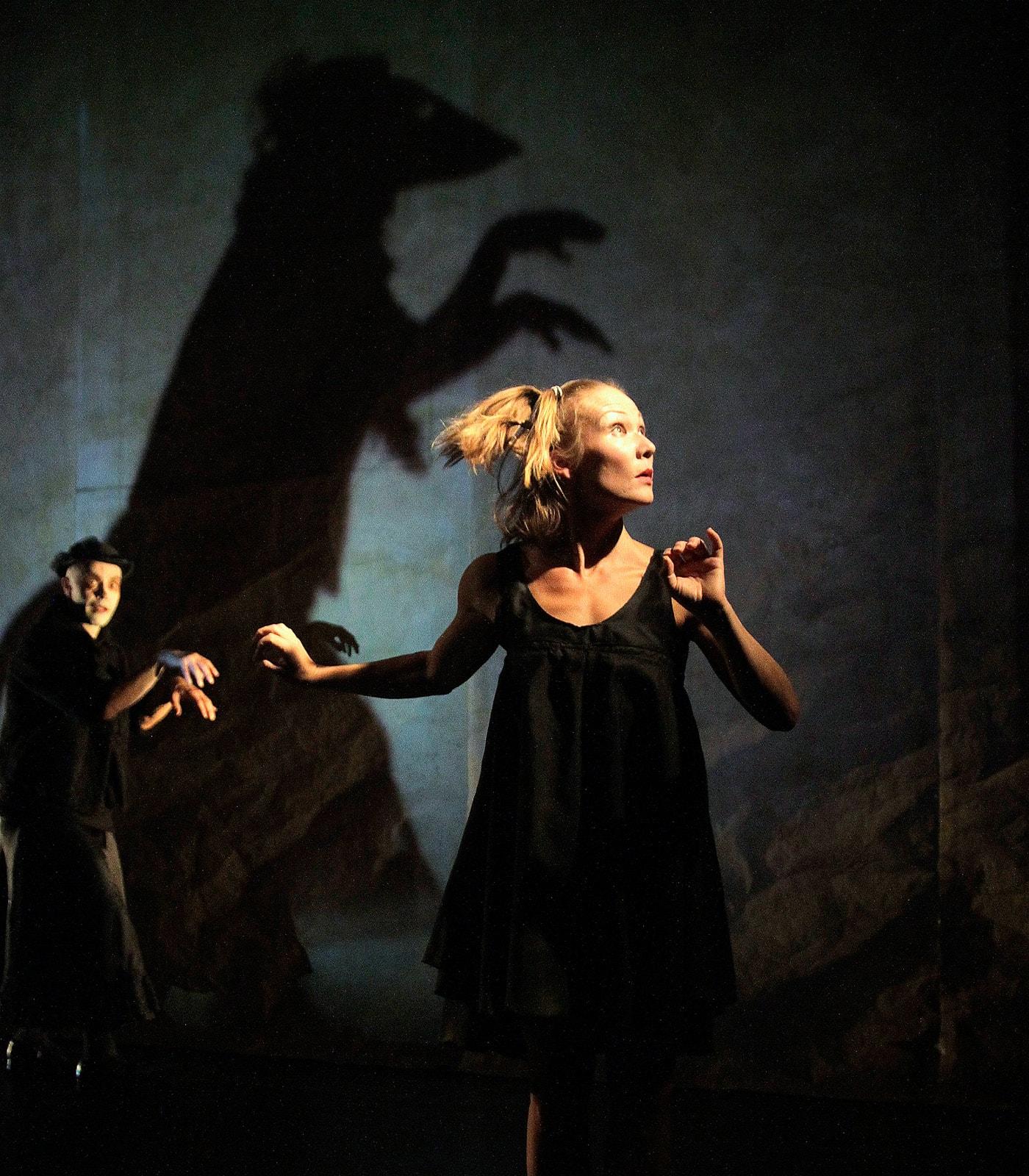 Tanzperformance für Kinder. Vom Mond gefallen – MINI-A-TOUR-Theater // HIMBEER