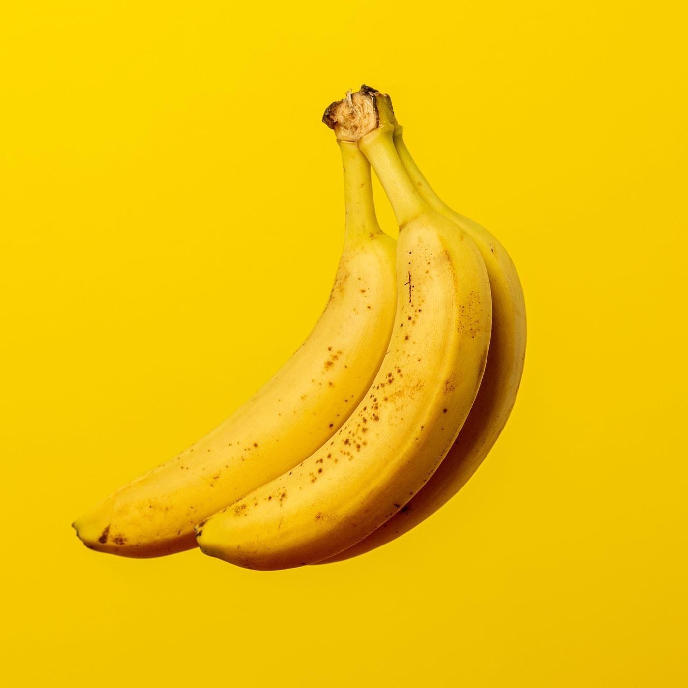 Bananenbrot-Riegel – Rezepte für Familien, die Kindern schmecken // HIMBEER