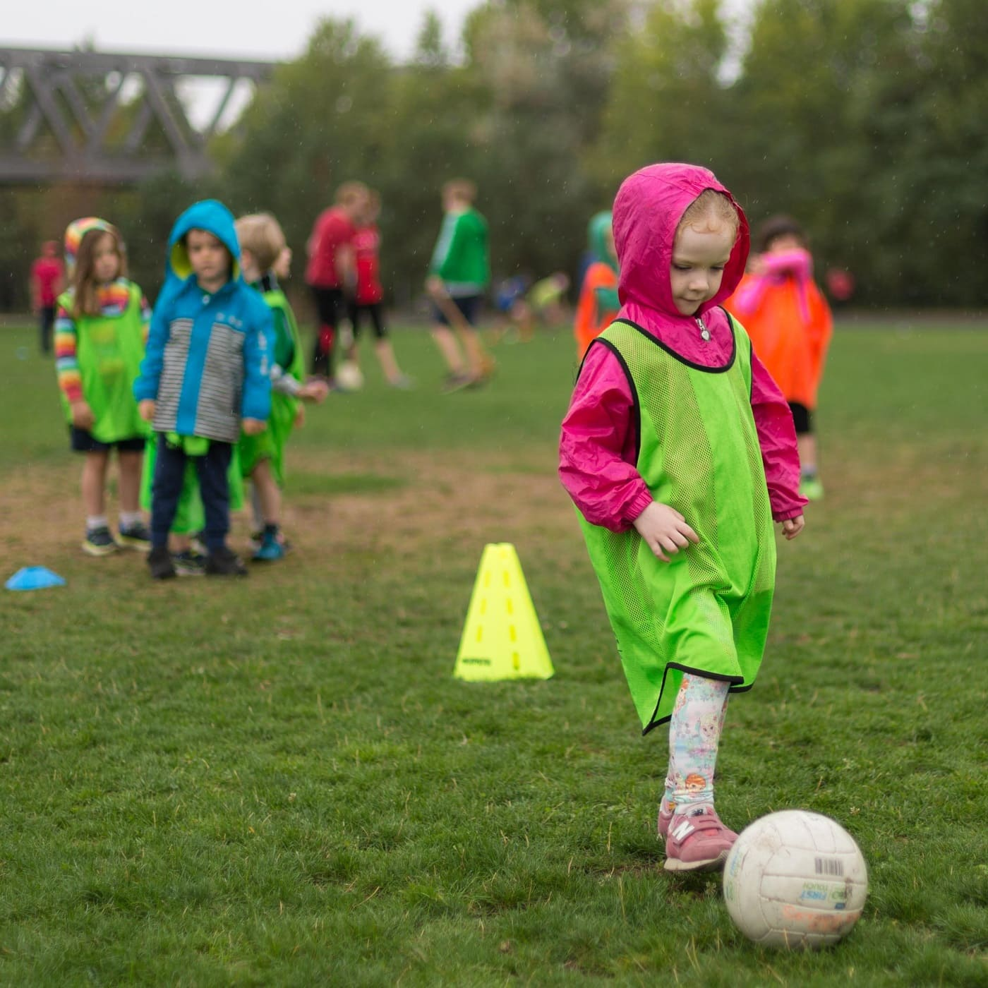 Gaelic Games in Berlin: Mädchen trainiert Gaelic Football // HIMBEER
