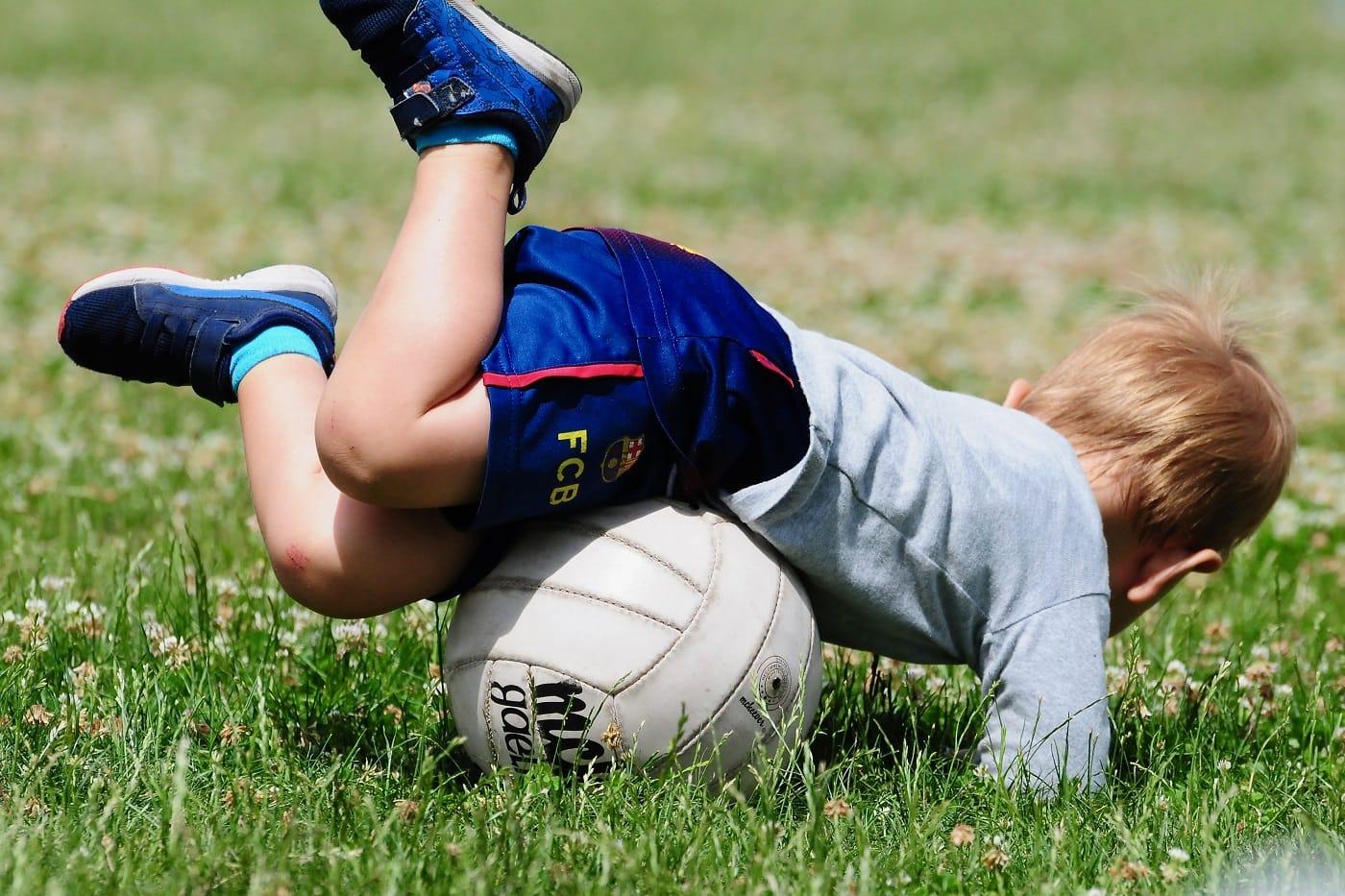 Gaelic Games in Berlin: Kleiner Junge mit Gaelic Football // HIMBEER