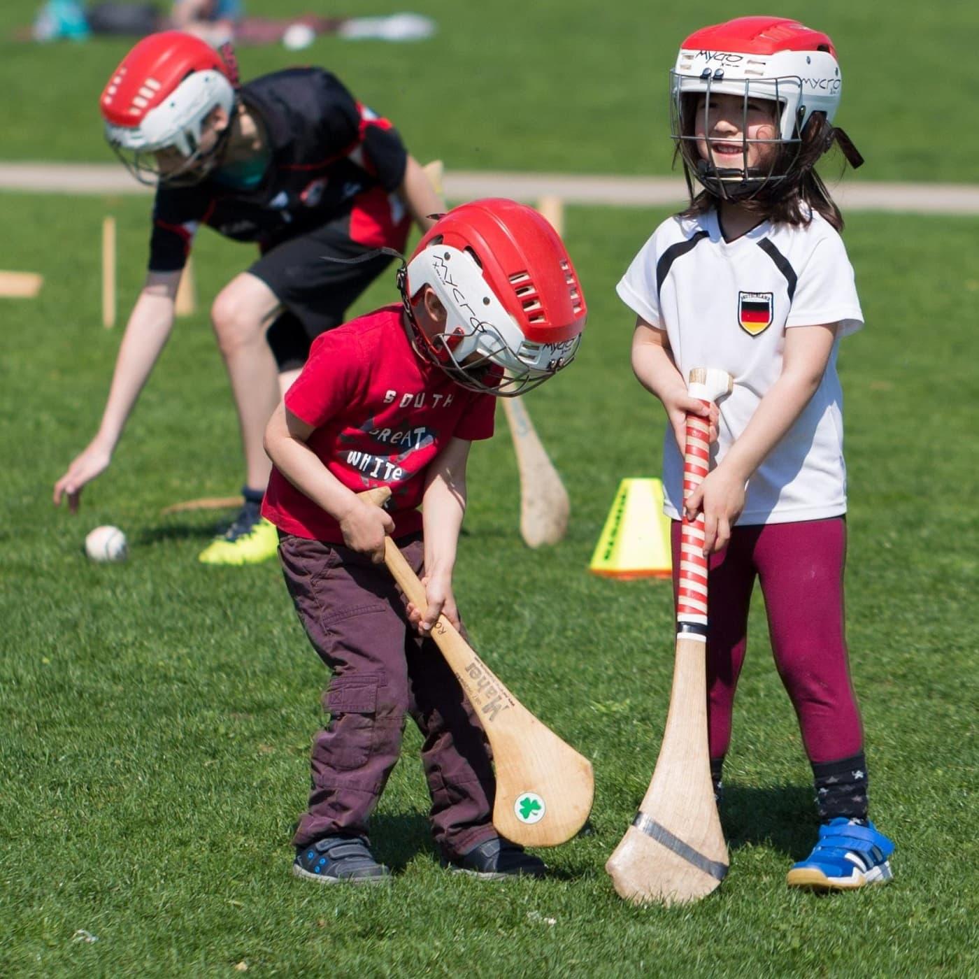 Mädchen beim Hurling-Training: Gaelic Games in Berlin // HIMBEER