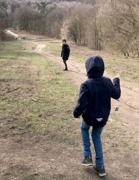 Mutter und Tochter beim Familienausflug zum Drachenberg im Grunewald, Berlin // HIMBEER