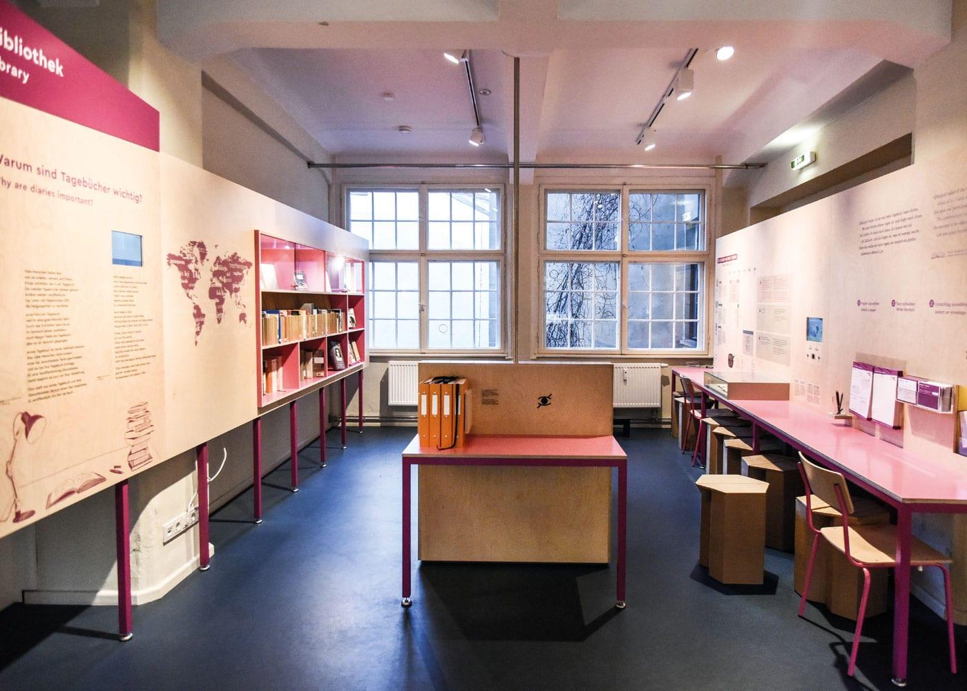 Bibliothek im Anne Frank Zentrum Berlin // HIMBEER