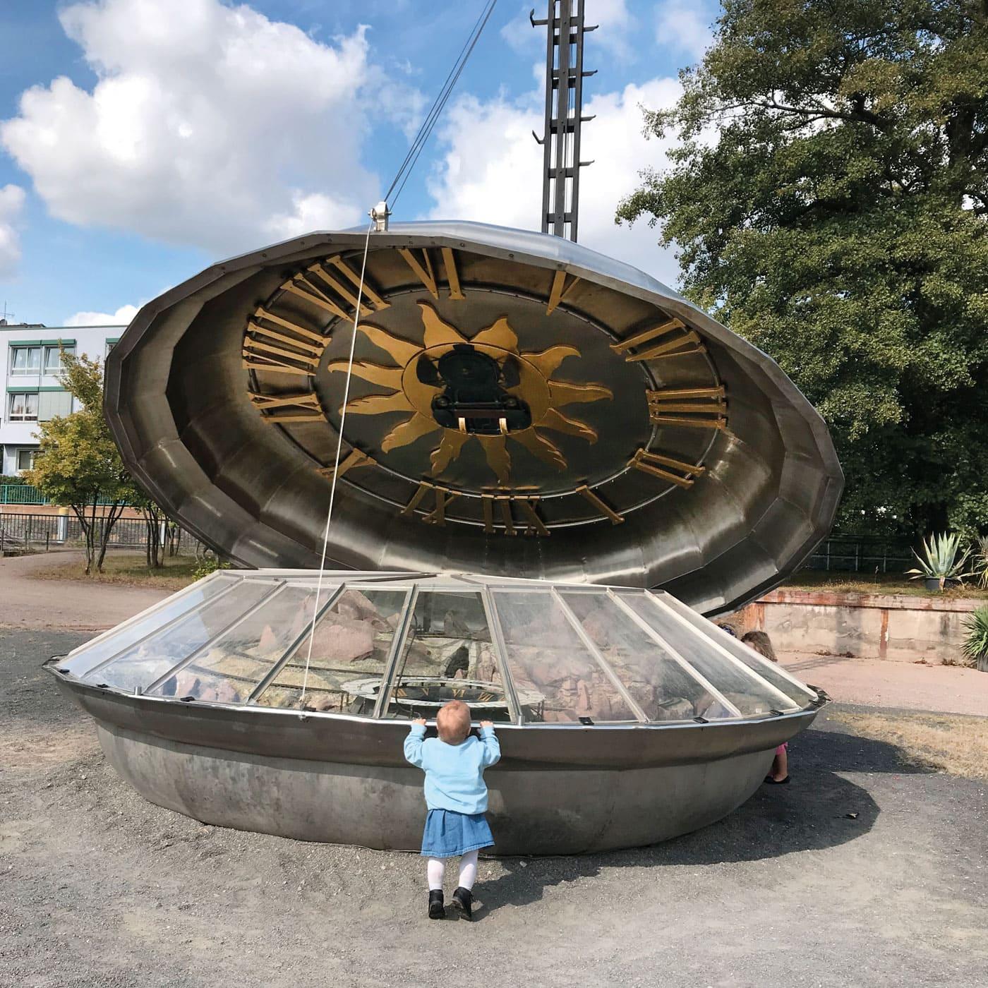 Riesengroße Uhr im Familiengarten Eberswalde // HIMBEER