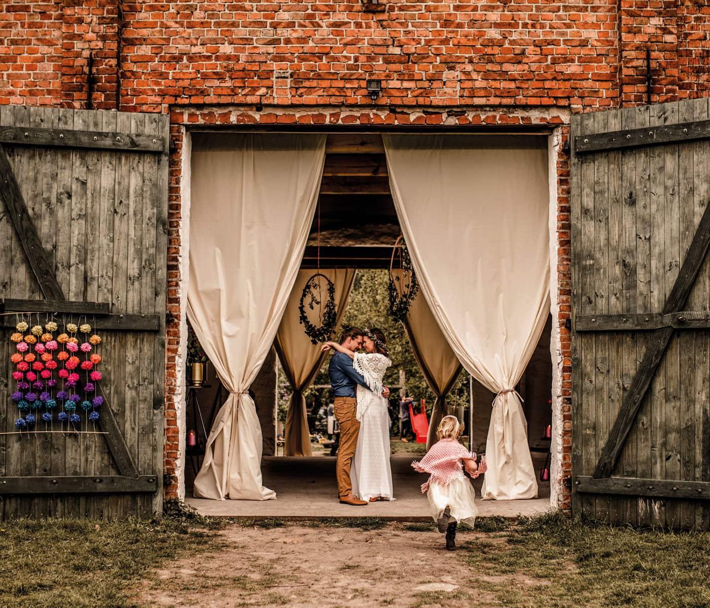 Schöne Orte zum Feiern: Festscheune ZaZa mit Brautpaar // HIMBEER