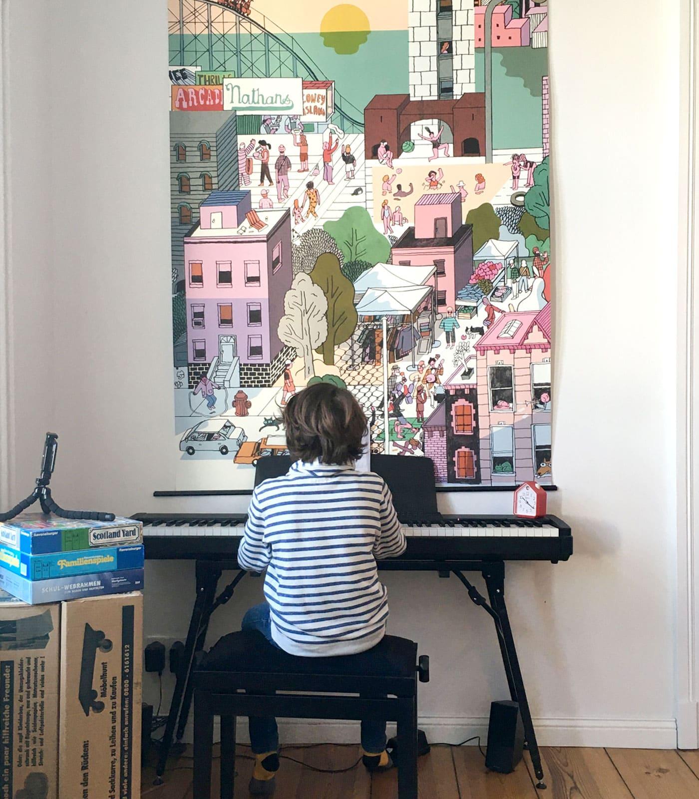 Sechs Wochen Homeoffice und Homeschooling: Kind beim Klavierunterricht per Videochat // HIMBEER