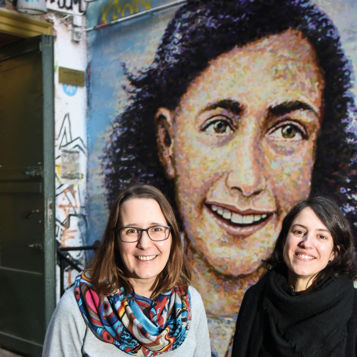 Die Historikerinnen vor einem Anne Frank-Portrait // HIMBEER