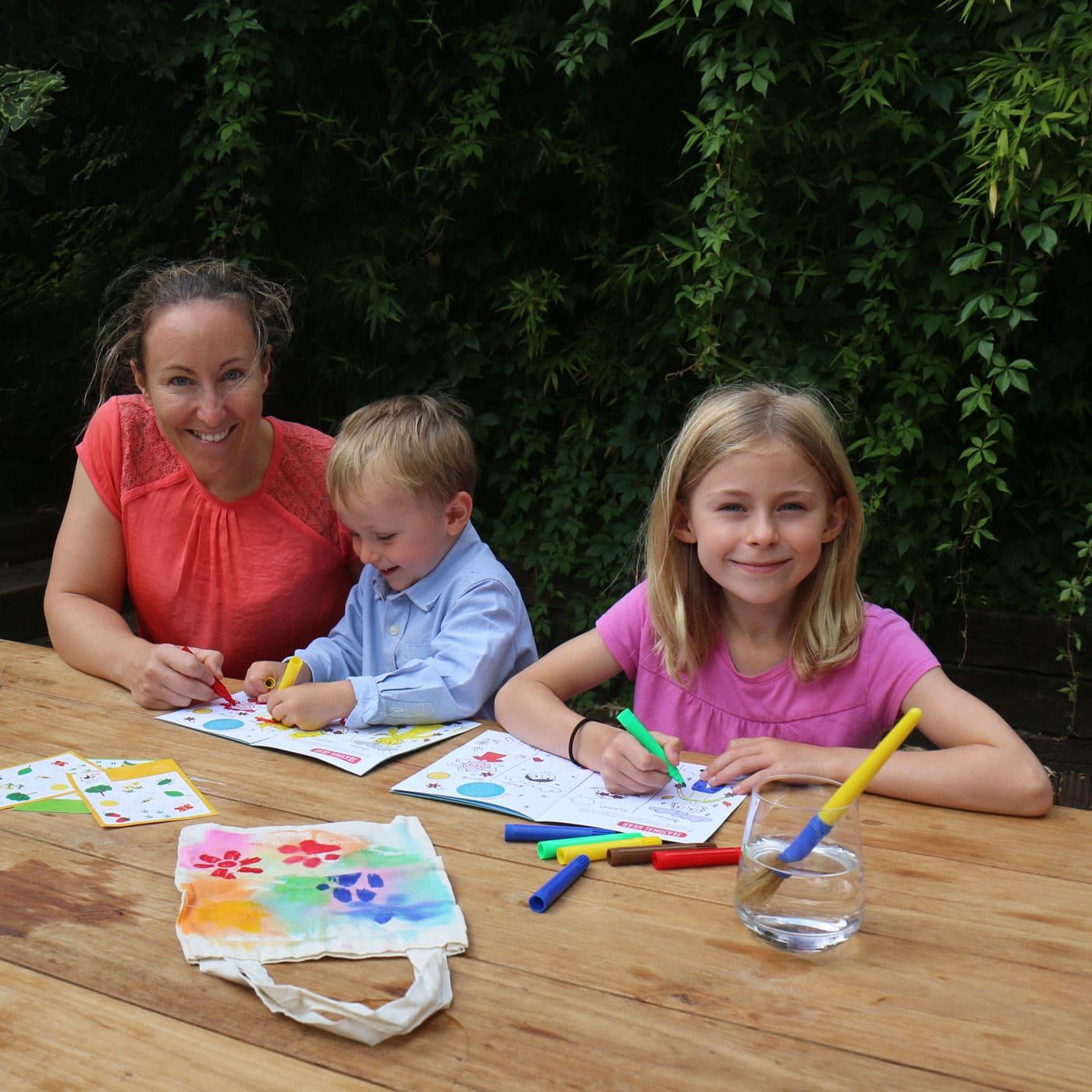 Virginie bastelt mit ihren Kindern // HIMBEER