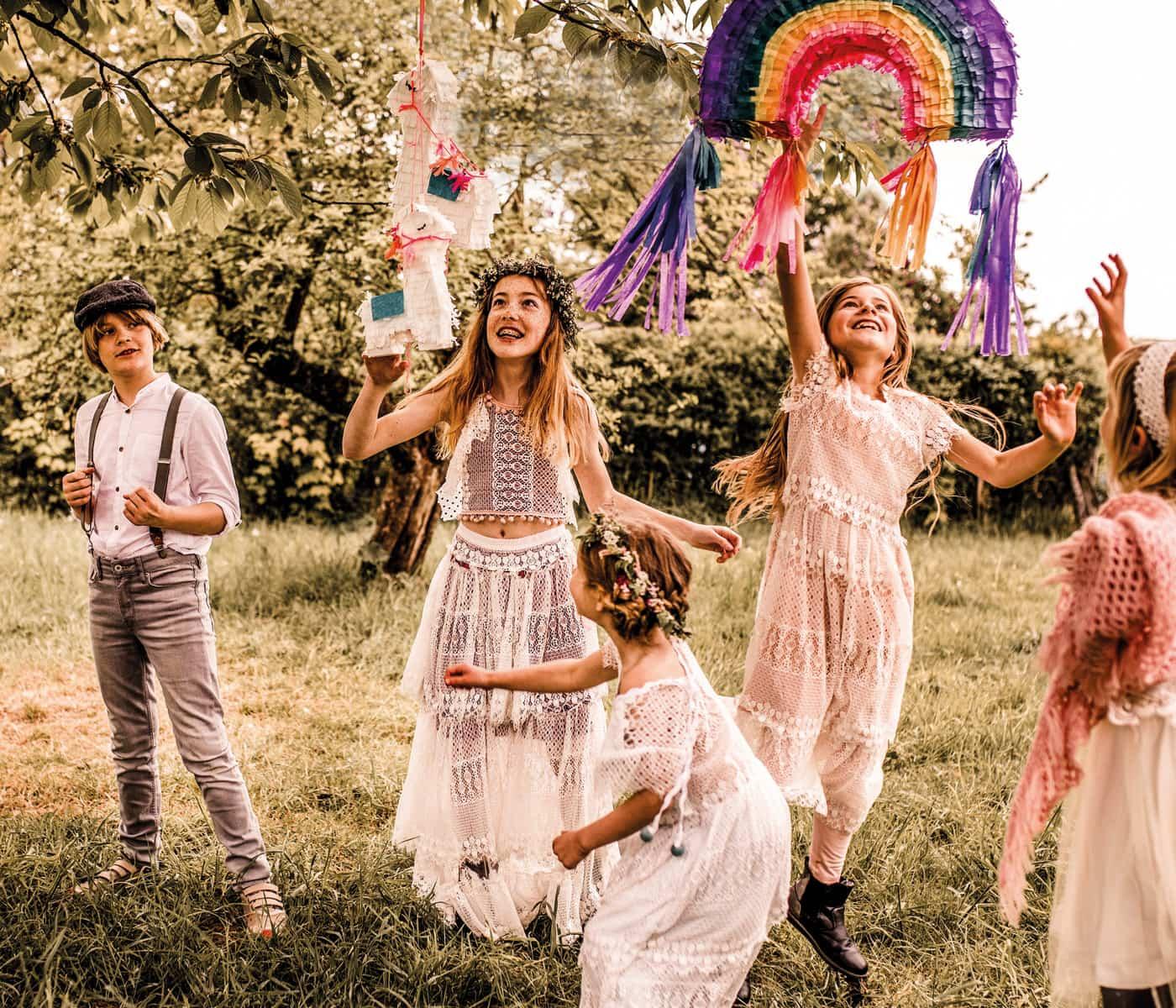 Familienfeiern mit Kindern: Regenbogendeko und fröhliche Kinder // HIMBEER