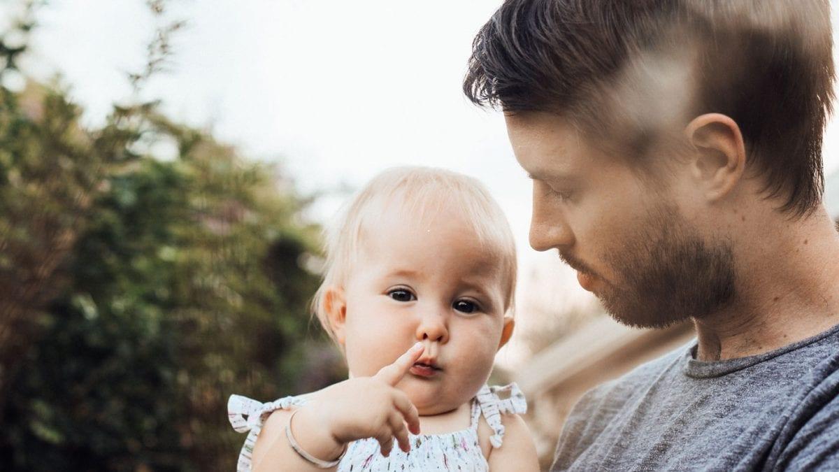 Vatertag feiern, Papa kümmert sich um Babytochter // HIMBEER