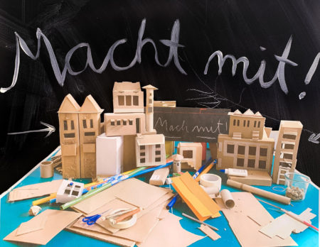 Mitmachaktion für Kinder in Berlin: Stadt aus Pappe basteln // HIMBEER