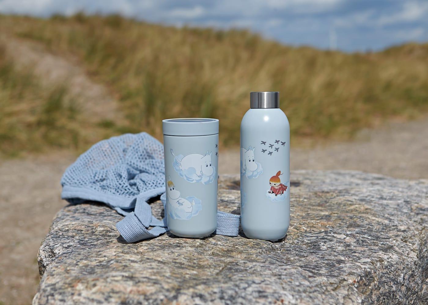 Praktisch für unterwegs und Reisen mit Kindern – To Go Becher und Flaschen im Mumin-Design von Stelton // HIMBEER