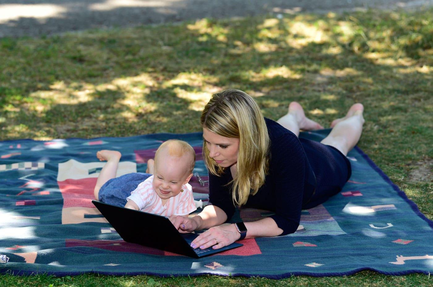 Arbeiten mkt Baby – Gründerin Tamara Viktoria Berger von CleverMom mit Tochter auf Decke im PArk // HIMBEER