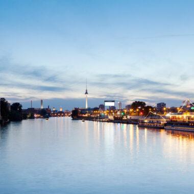 Berlin vom Wasser aus – Abendstimmung Oberbaumbrücke // HIMBEER