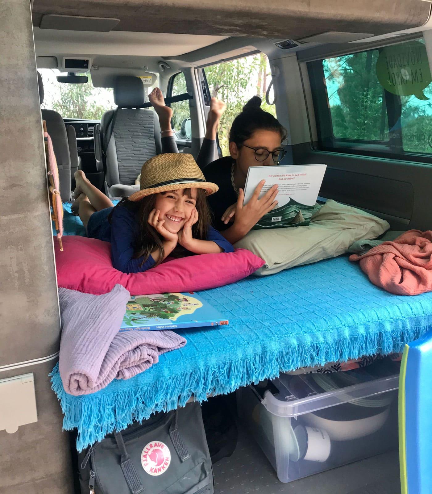 Camper Van-Innenleben: die Kinder – Campingtour mit Bulli durch Portugal // HIMBEER