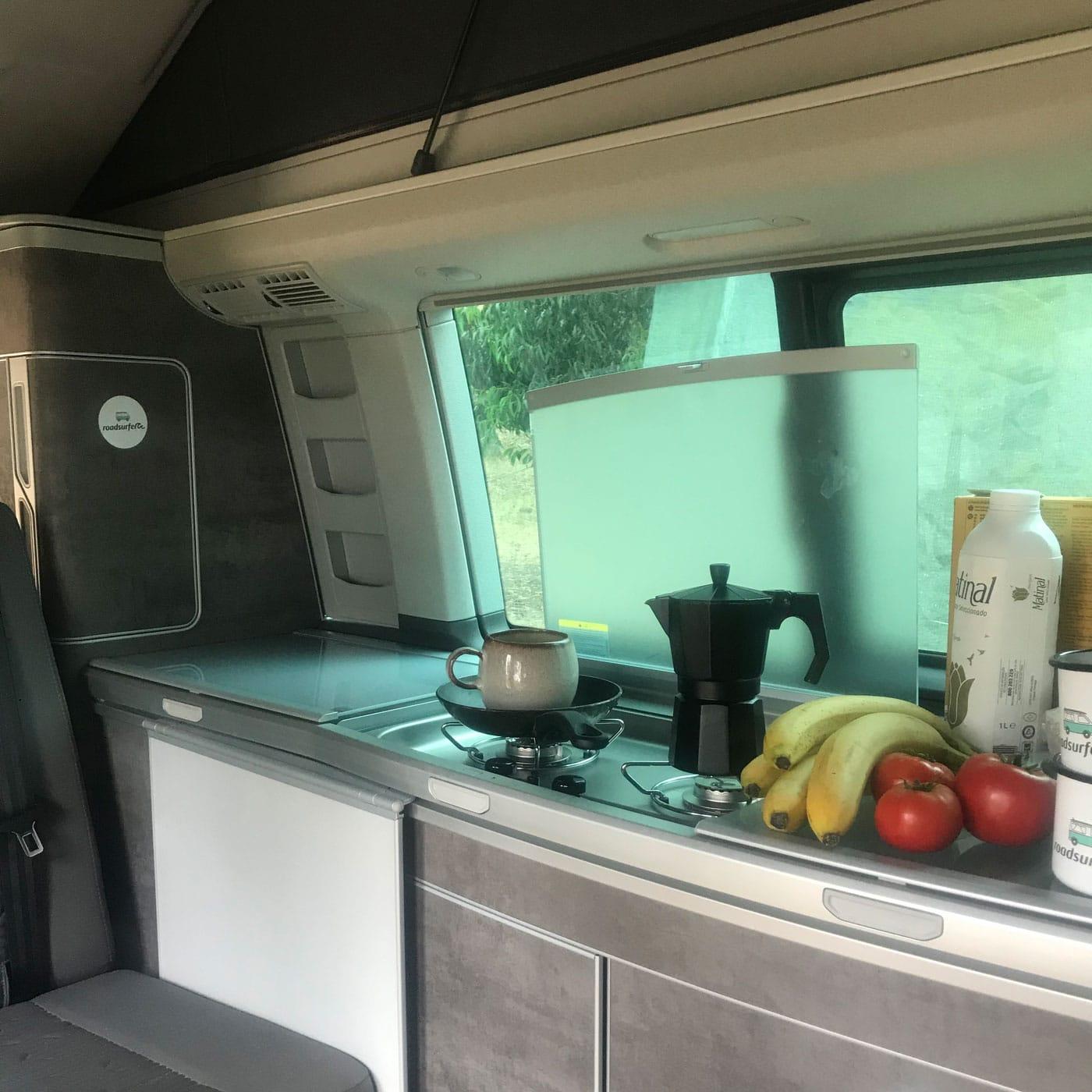 Camper Van-Innenleben: die Küche – Campingtour mit Bulli durch Portugal // HIMBEER