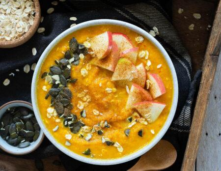 Winterliche Smoothie-Bowl – köstlicher Energiespender // HIMBEER
