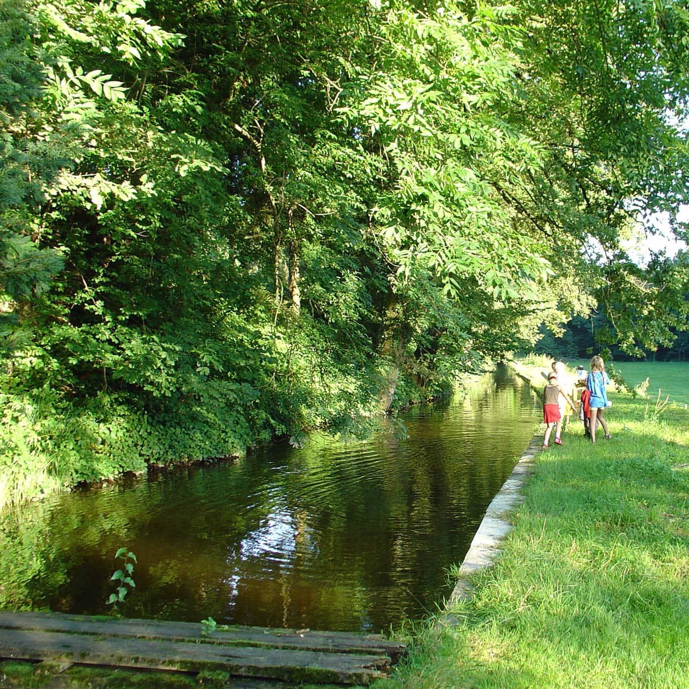 Urlaub auf dem Land mit Kindern: Spielen am Mühlenkanal // HIMBEER