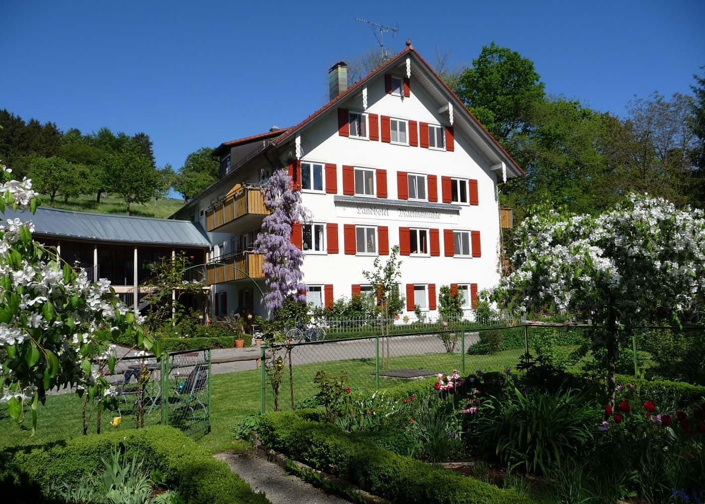 Urlaub auf dem Land mit Kindern: Landhotel Martinsmühle am Bodensee – Hausansicht // HIMBEER