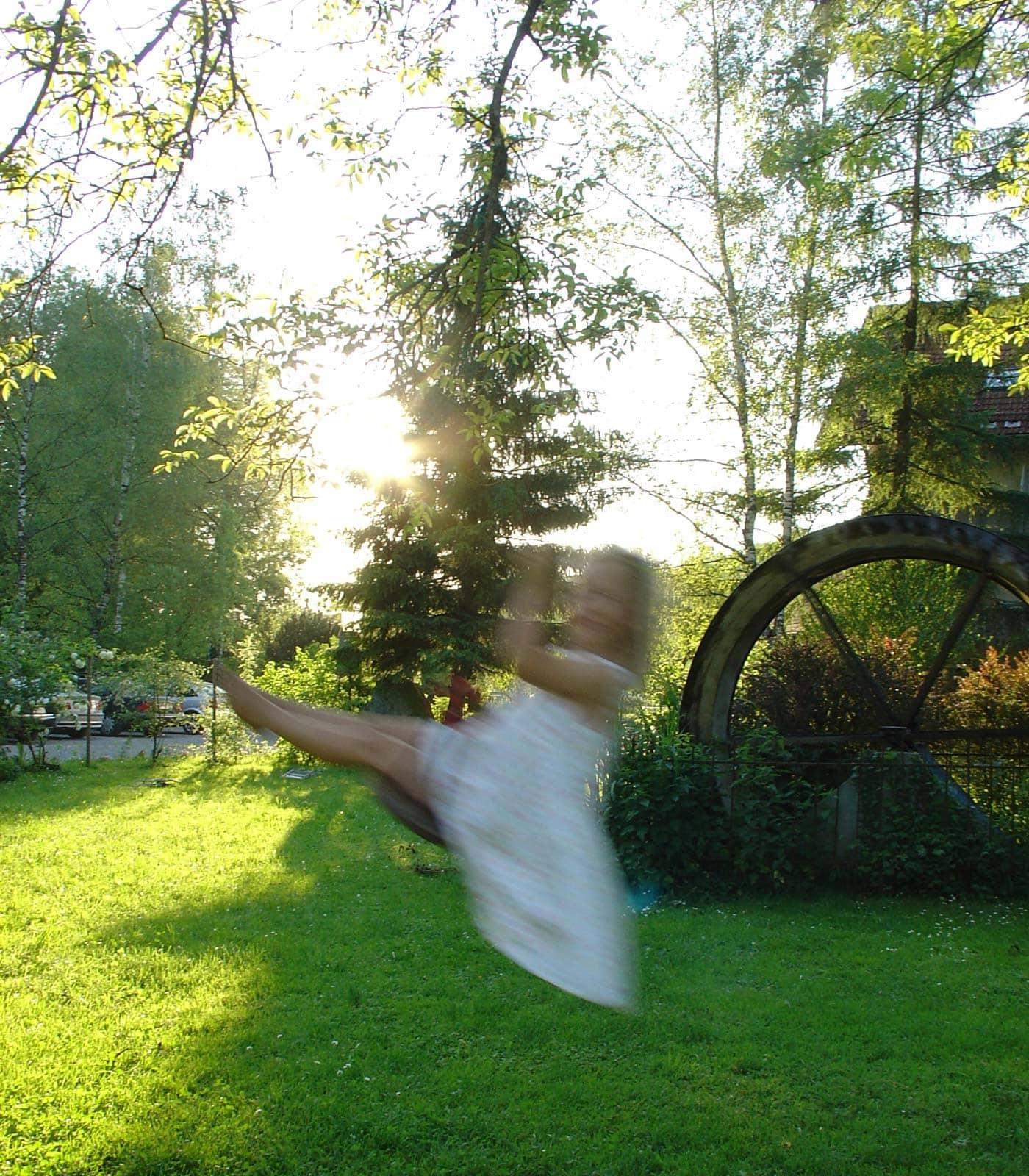 Urlaub auf dem Land mit Kindern: Spielen im Garten, Schaukel am Nussbaum // HIMBEER