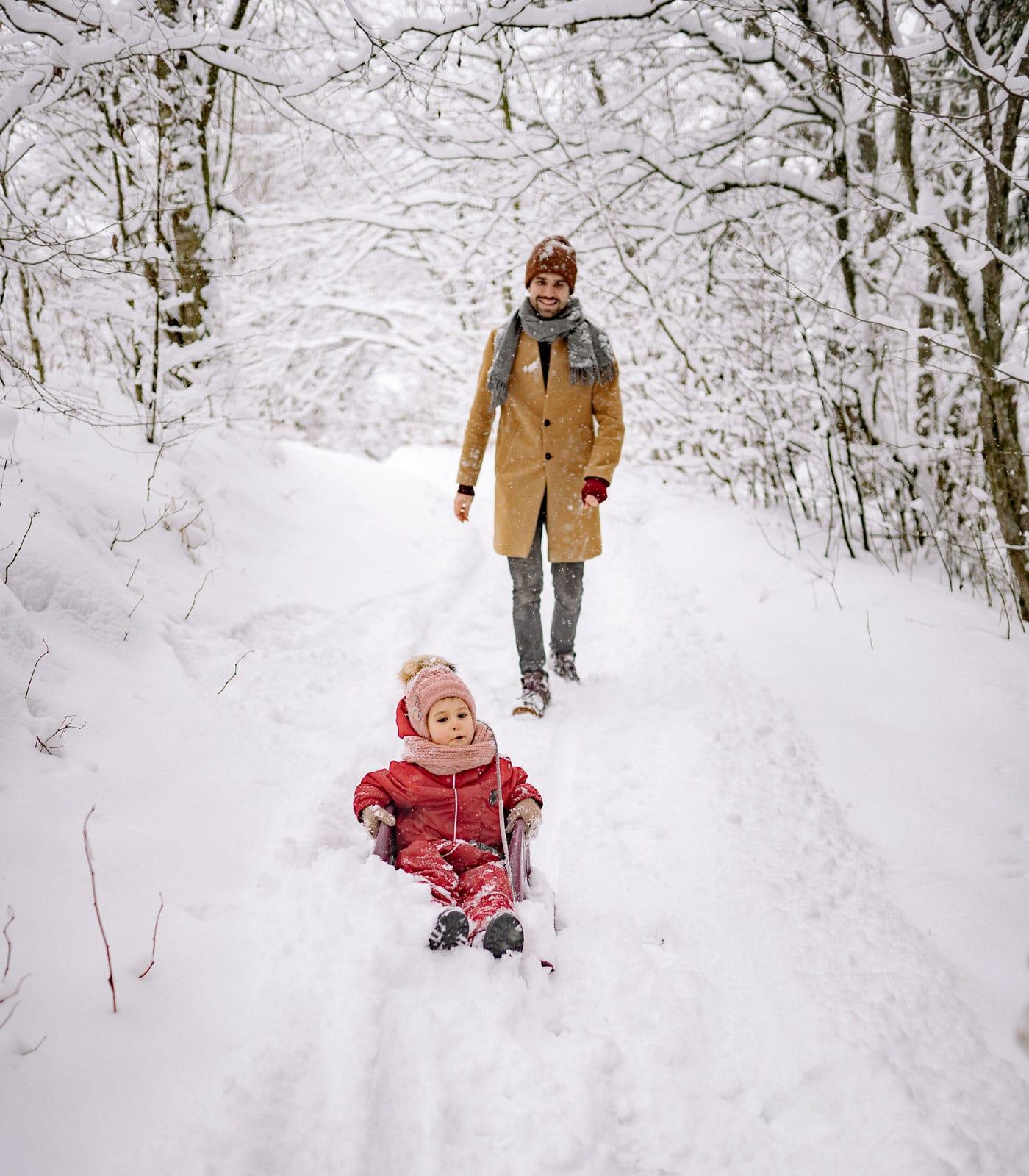 Kinder im Schnee mit Papa: Schlittenfahren // HIMBEER