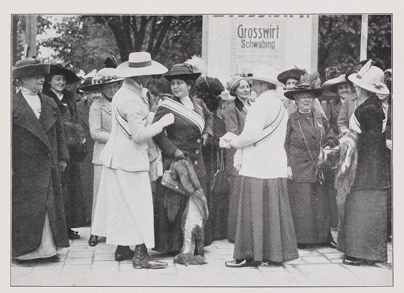 Frauentag im DHM Berlin: Teilnehmerinnen des Frauenstimmrechtskongresses am 03.10.1912 // HIMBEER