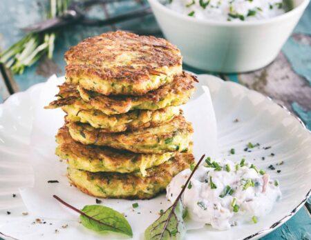 Rezepte für Familien: Zucchini-Kartoffel-Puffer mit Schnittlauch-Quark // HIMBEER