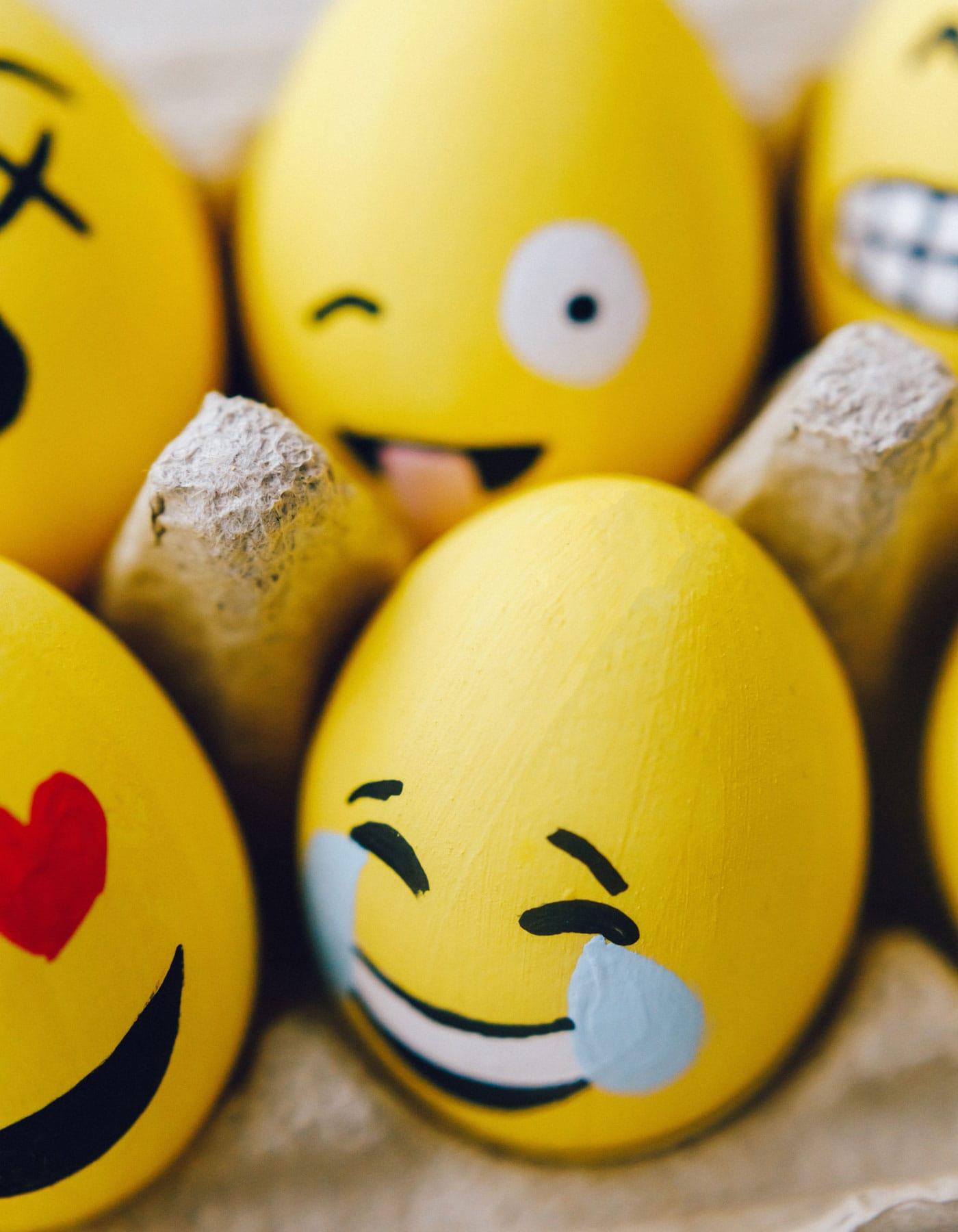 Oster-Deko mit Kindern basteln: Emoji-Eierköpfe // HIMBEER