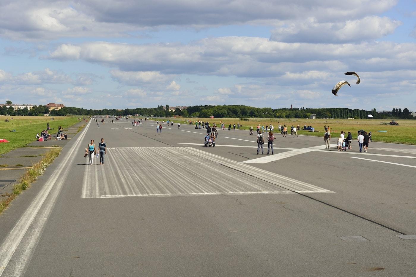 Auslauf für Kinder: Mit Laufrad auf dem Tempelhofer Feld herumdüsen // HIMBEER
